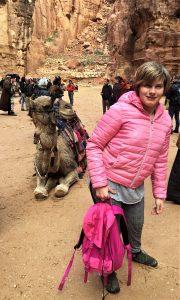 Wiktoria z wielbłądem w Jerozolimie