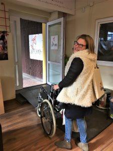 Wiktoria z wózkiem dla niepełnosprawnych podczas początków projektu Niepokonane Szkoły
